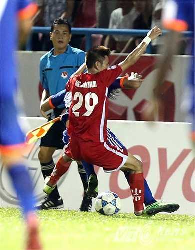 Trận derby Đông Bắc giữa Than Quảng Ninh và và Hải Phòng diễn ra rất quyết liệt ngay sau tiếng còi khai cuộc. (Ảnh: Quang Minh)