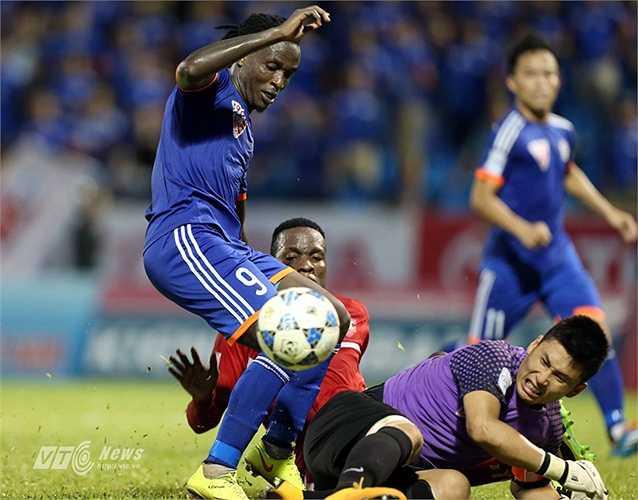 Phút 38, trung vệ Huy Cường của Than Quảng Ninh bị truất quyền thi đấu sau tình huống phạm lỗi với Stevens. (Ảnh: Quang Minh)