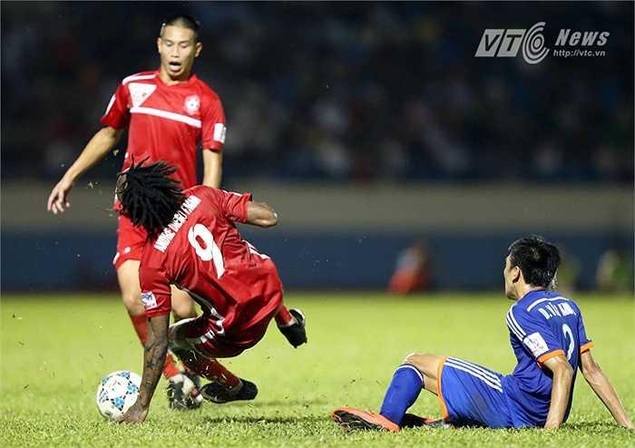 Trận đấu càng trở nên quyết liệt hơn khi cầu thủ hai đội vào bóng không tiếc chân. (Ảnh: Quang Minh)