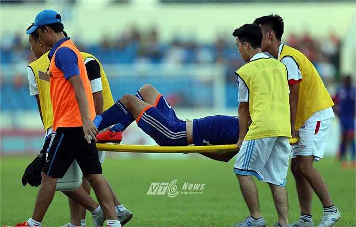 Phút 52, hậu vệ Tuấn Anh của Than Quảng Ninh bị 1 cầu thủ Hải Phòng phạm lỗi ở sát đường biên. (Ảnh: Quang Minh)