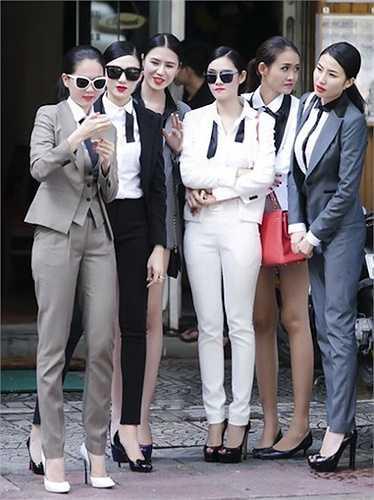 Thế nhưng trong một bức ảnh hậu trường, dù đứng hàng trước và đi giày cao gót, người đẹp vẫn bị lép vế so với nhiều mẫu trẻ.
