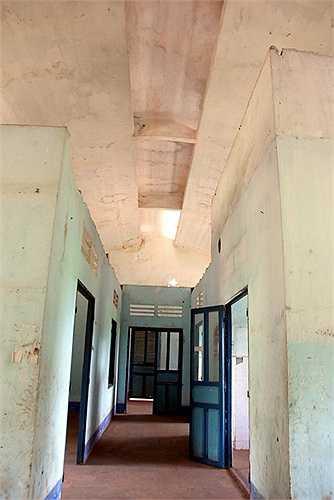 Không gian bên trong thoáng rộng, chia làm nhiều phòng chức năng khám chữa bệnh và điều trị nội trú. Sau thời gian dài bỏ hoang, nhiều cánh cửa phòng bệnh đã mất.