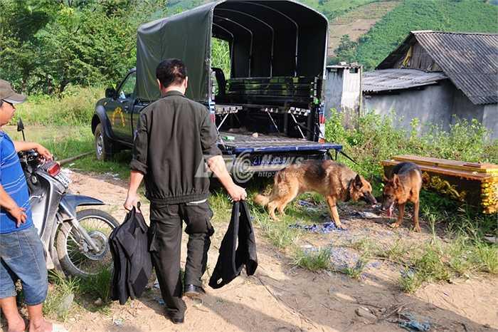 Các chiến sỹ cảnh sát trang bị áo giáo chống đạn trong quá trình săn lùng nghi phạm