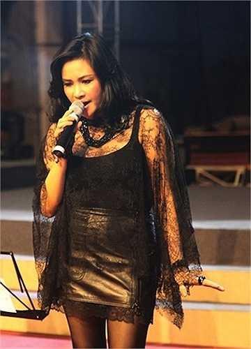 Không quá táo bạo như các mỹ nhân 'đàn em' chưa lập gia đình, Thanh Lam thường chọn trang phục ren để khoe vẻ sexy.
