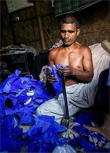 Các công nhân với đôi tay trần làm việc, tiếp xúc với hóa chất. Những người dân sống xung quanh chịu cảnh ô nhiễm môi trường, nước, không khí