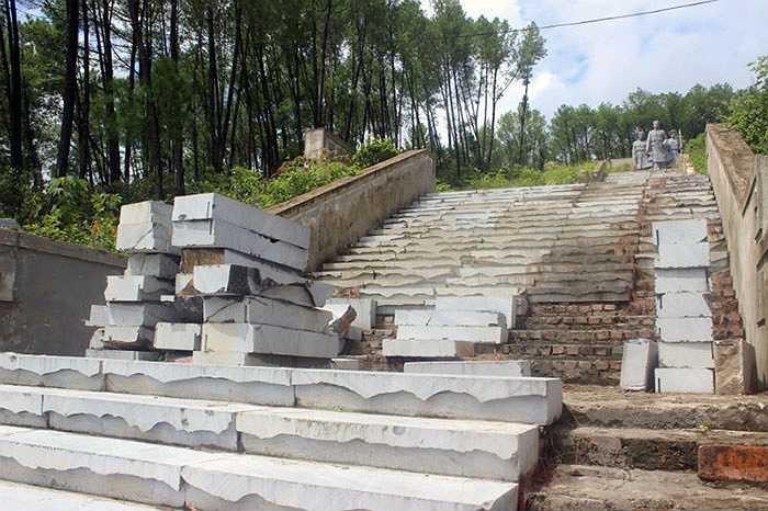 Hệ thống bậc thang dẫn lên khu vực tượng Phan Đình Phùng chưa được lát đá, lộ rõ hình những viên gạch đỏ. Số đá để lát bậc thang lại bị chất đống ngổn ngang hai bên bờ tường, nhiều viên bị gãy, vụn vỡ.