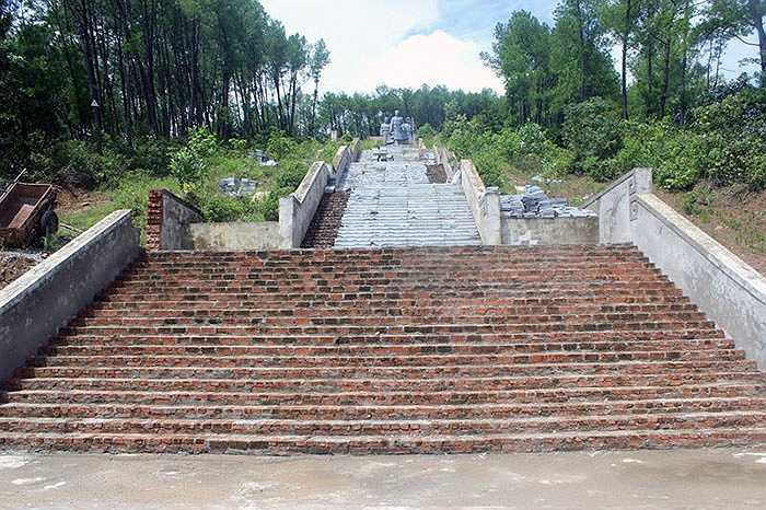 Trao đổi với PV, ông Phan Xuân Nam, Trưởng ban xây dựng cơ bản huyện Vũ Quang cho hay, kinh phí đã bỏ ra để xây dựng tượng đài khoảng 25 tỷ đồng, còn thiếu 5 tỷ để xây lắp. Trong nhiều năm qua, do không huy động được số tiền còn lại nên chỉ xây dựng 'cầm chừng'.
