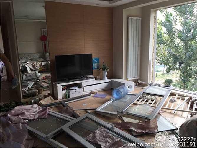 Nhà cửa bị áp lực của vụ nổ phá hủy