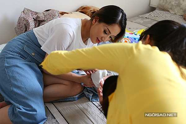 Tối qua (16/8), Kubi - trái ngọt trong chuyện tình của Khánh Thi và Phan Hiển đã tròn 1 tháng tuổi. Từ lúc chào đời, cặp đôi giấu kín hình ảnh về nhóc tỳ vì không muốn gây sự chú ý.
