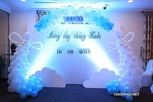 Cả phòng tiệc được trang trí như bầu trời xanh với bóng bay, đám mây trắng và những bánh ngọt dễ thương.