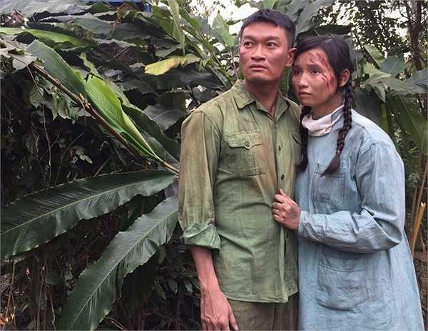 May mắn sống sót để trở về, trái tim cô lại quặn thắt khi người yêu đã lấy vợ, mẹ cô cũng vì tưởng con gái đã hy sinh nên ốm yếu mà qua đời.