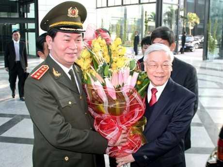 Bộ trưởng Trần Đại Quang tặng hoa chúc mừng Tổng Bí thư Nguyễn Phú Trọng nhân dịp Tổng Bí thư dự Hội nghị Công an toàn quốc lần thứ 69