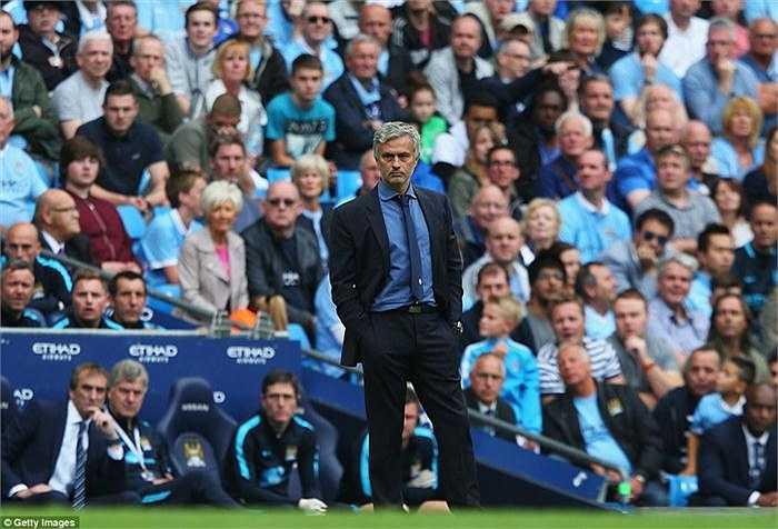 Chứng kiến Chelsea gục ngã quá nhanh, Jose Mourinho thẫn thờ ngoài đường pitch