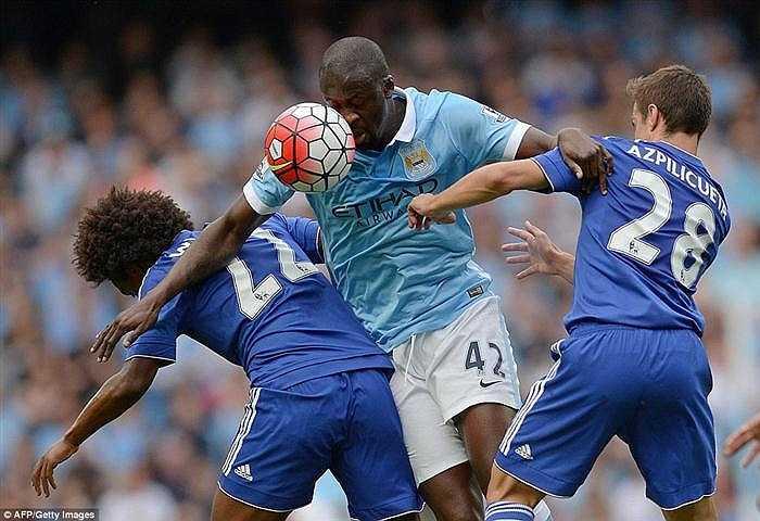 Yaya Toure trong tình huống chấp hai cầu thủ Chelsea cản phá