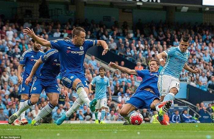 Sergio Aguero tỏ ra quá nhanh, quá nguy hiểm khi đối mặt với hàng thủ già nua bên phía Chelsea