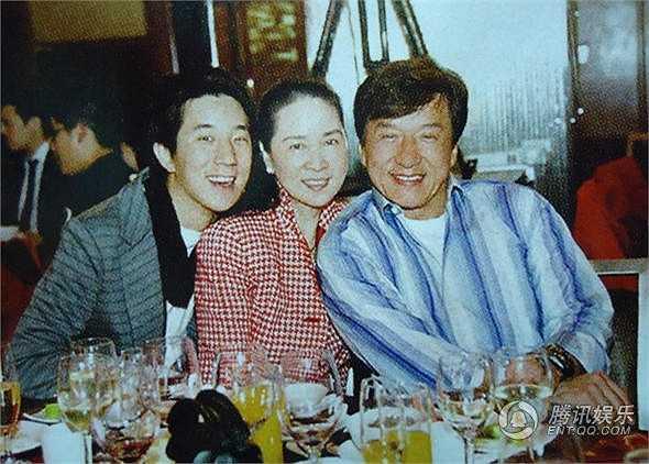 Sau khi kết hôn với Thành Long, Lâm Phụng Kiều cũng biến mất khỏi showbiz. Bà ẩn cư ở Mỹ nuôi con một mình. Thành Long ca tụng vợ bởi sự hy sinh của bà trong mấy chục năm qua. Nhiều người không khỏi tiếc vẻ đẹp giai nhân Đài Loan một thời bị quên lãng nơi xứ người.