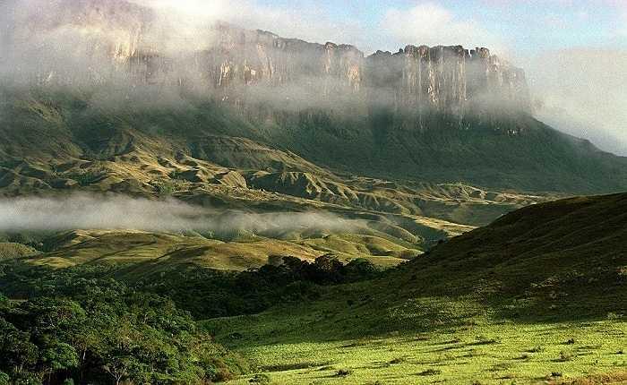 Ngọn núi Matawi Tepuy, Venezuela cao 2,680m và dài 3km. Theo tiếng địa phương Pemon, tepuy nghĩa là 'Nhà của Chúa'