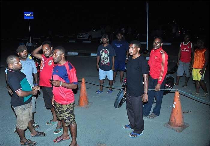 Người thân hành khách trên chuyến bay TGN267 tập trung tại sân bay Jayapura đợi tin tức
