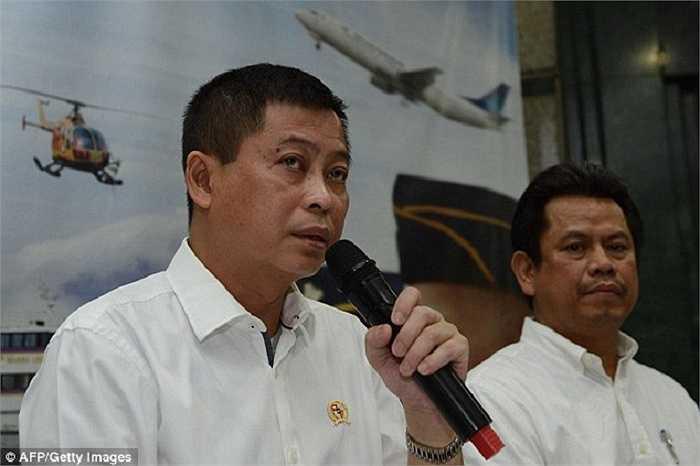 Bộ trưởng giao thông vận tải Indonesia Ignasius Jonan (trái) và Tổng giám đốc cơ quan vận tải hàng không Indonesia Suprasetyo trong buổi họp báo