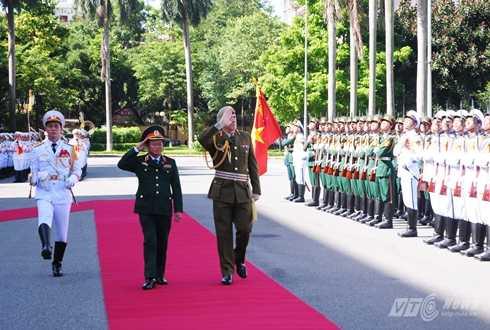 Trung tướng Tim Keating và Thượng tướng, Tổng tham mưu trưởng Quân đội nhân dân Việt Nam Đỗ Bá Tỵ duyệt đội danh dự - Ảnh: Tùng Đinh