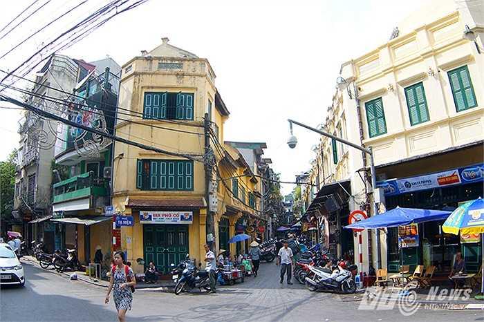 Năm 2010, mừng đại lễ kỷ niệm 1.000 năm Thăng Long - Hà Nội, quận Hoàn Kiếm đã triển khai dự án thí điểm, cải tạo mặt đứng một đoạn phố Tạ Hiện. Công trình được lát đá đưa vào sử dụng ngày 11/11/2011.