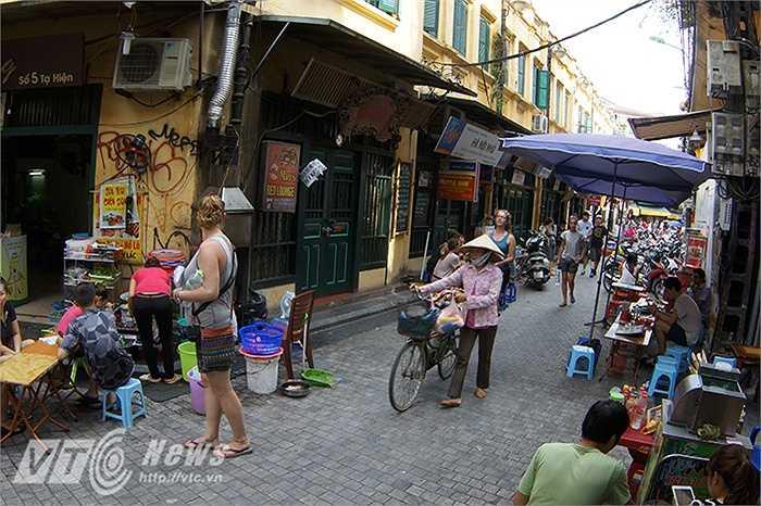 Cho đến nay, khu vực này là nơi tập trung đông nhất các nhà hàng, quán ăn và các quán bar thường mở cửa vào buổi tối và thu hút rất đông khách du lịch khi đến với phố cổ Hà Nội.