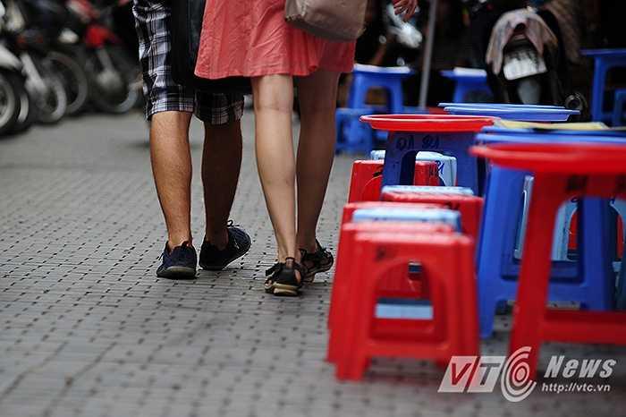 Nhiều người dân sống ở con phố Tạ Hiện cho rằng: 'Từ khi đường được lát đá xanh cũng thấy đẹp hơn, nhưng còn phải phụ thuộc vào ý thức của người dân trong việc giữ gìn vệ sinh. Tuy nhiên, tai nạn do trơn trượt thì nhiều quá, cứ hơi mưa là có người bị ngã. Đi bộ còn ngã huống chi đi xe máy.'