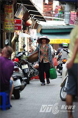 Các KTS cũng đặt ra nhiều câu hỏi xung quanh đề xuất lát đá trên nhiều tuyến phố cổ ở Hà Nội như: 'Việc lát đá lên mặt đường nhựa nhằm mục đích gì? Có đẹp hơn, cổ kính hơn, đi lại có thuận tiện, an toàn hơn không? Hay lại trơn ngã nhiều hơn, xây xước nặng hơn?'