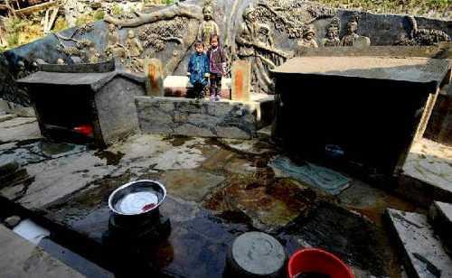 Hai cái giếng trong làng, một để có con trai, một để có con gái