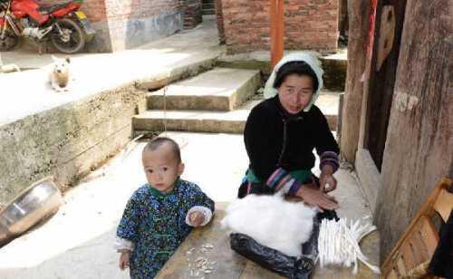 Một người phụ nữ đang chuẩn bị dệt vải