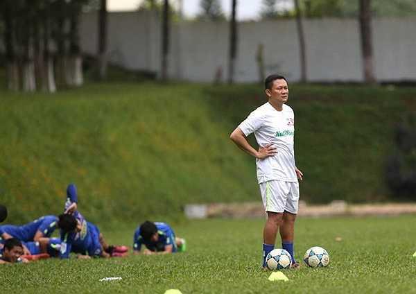 HLV Nguyễn Quốc Tuấn có buổi tập đầu tiên cùng các cầu thủ HAGL trên cương vị thuyền trưởng thay ông Graechen. (Ảnh: Minh Trần)