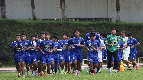 Nhưng trước khi ra sân tập, ông Tuấn và các học trò nhận tin không vui khi Đồng Nai - đối thủ cạnh tranh trực tiếp vé trụ hạng với HAGL  đã có trận thắng không tưởng. (Ảnh: Minh Trần)
