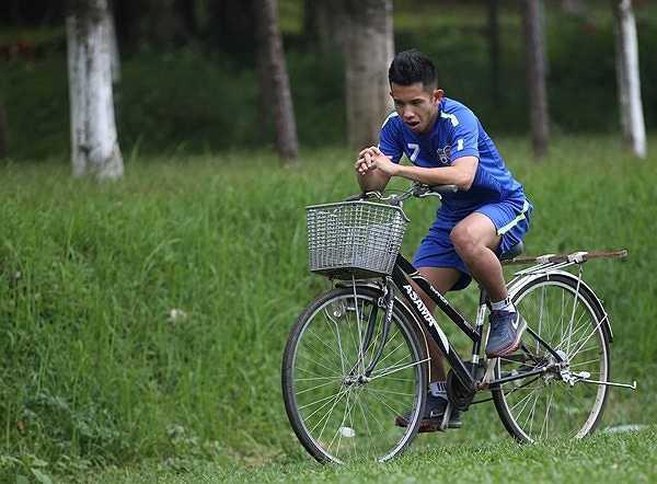 Hồng Duy duy trì cảm giác bằng các tập với xe đạp. (Ảnh: Minh Trần)