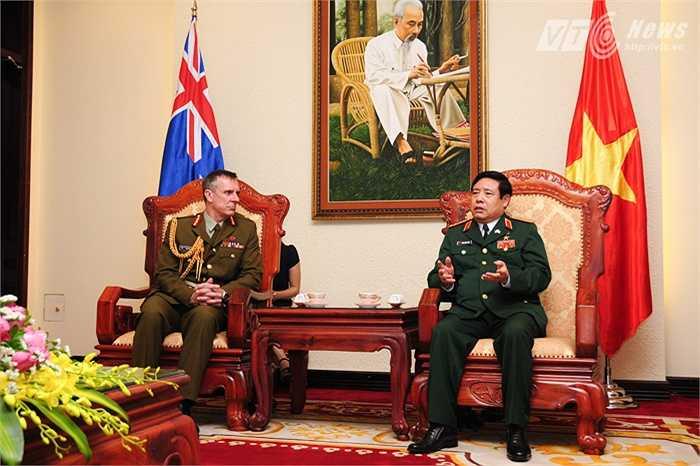 Hai tướng chia sẻ nhiều câu chuyện về quan hệ quốc phòng và các vấn đề khác của 2 nước