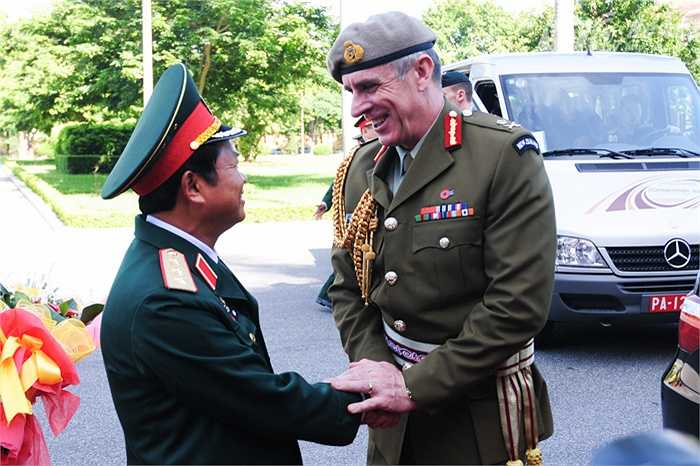 Trước đó, Thượng tướng Đỗ Bá Tỵ, Tổng tham mưu trưởng Quân đội nhân dân Việt Nam có lễ đón Trung tướng Tim Keating