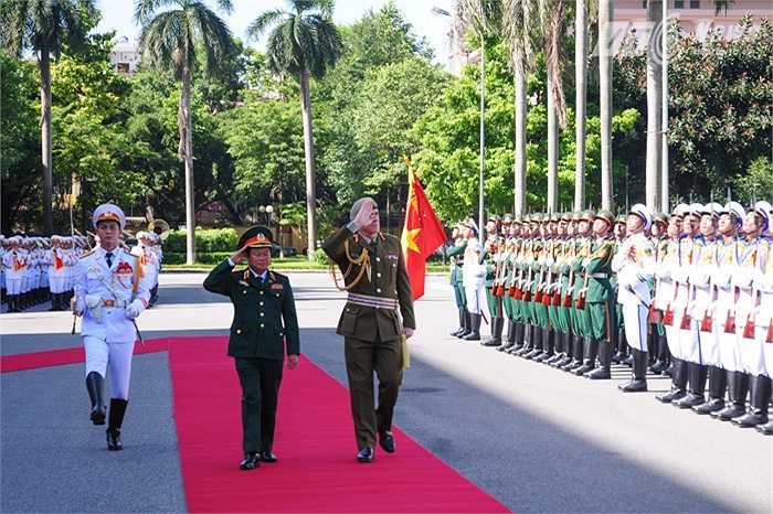 Thượng tướng Đỗ Bá Tỵ và Trung tướng Tim Keating duyệt đội danh dự