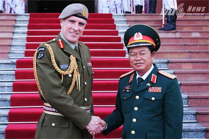 Hai tướng bắt tay thân mật trước trụ sở Bộ Quốc phòng