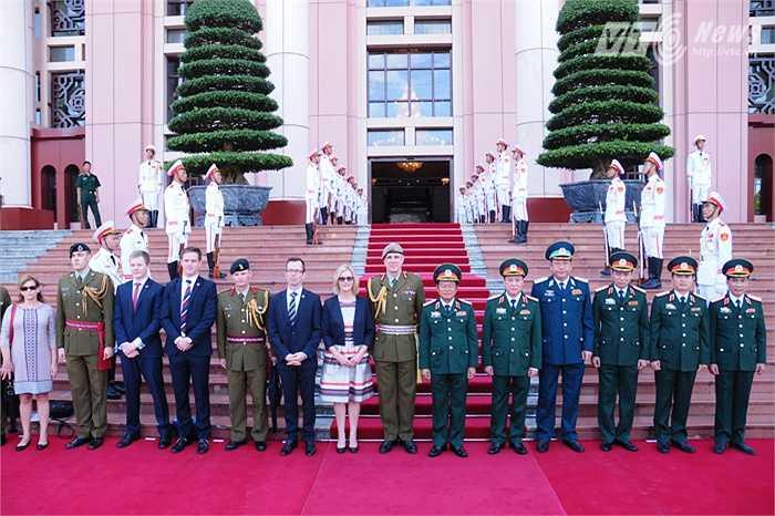 Đoàn đại biểu New Zealand chụp ảnh lưu niệm cùng phía Việt Nam