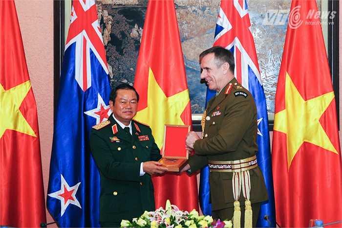 Trung tướng Tim Keating trao quà lưu niệm cho Thượng tướng Đỗ Bá Tỵ