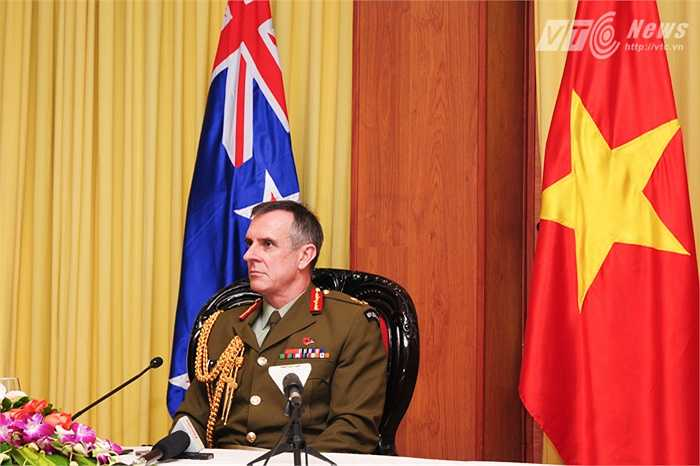 Sau buổi thảo luận, Trung tướng Tim Keating có tổ chức họp báo, trả lời một số câu hỏi phỏng vấn (Tùng Đinh/thực hiện)