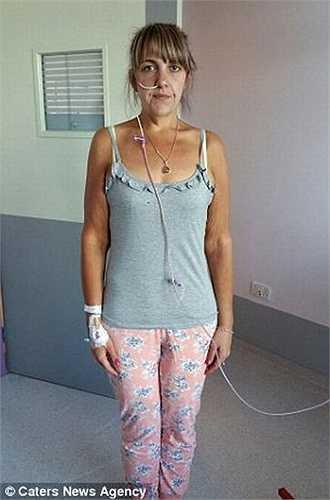 Victoria cũng không còn sức để chăm sóc 4 người con, cô đã phải nghỉ việc và nằm điều trị tại bệnh viện Hull Royal.