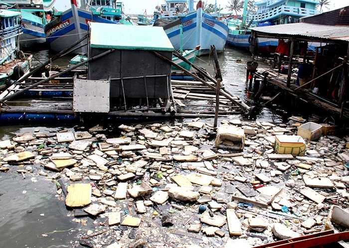 Bến neo đậu tàu thuyền gần cửa sông Dương Đông tràn ngập các loại rác nguy hại, không thể phân hủy như túi nylon, thùng và hộp xốp dùng để đựng thức ăn... Thậm chí, người dân còn làm 'cầu tõm' xả thẳng ra biển.