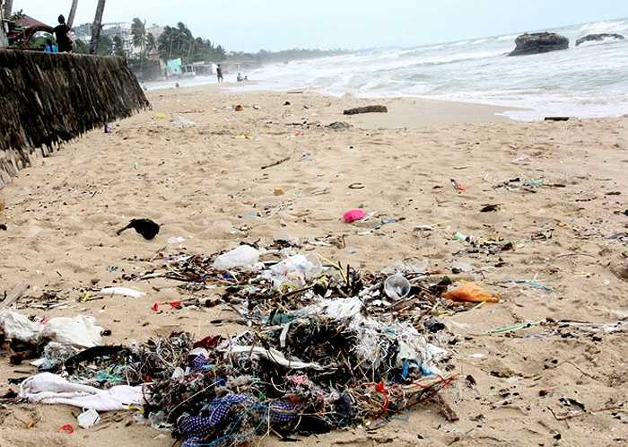Bãi tắm cho khách du lịch. Theo Phó chủ tịch UBND huyện Phú Quốc Phạm Văn Nghiệp, ô nhiễm môi trường ở Phú Quốc hiện là vấn đề đáng lo ngại. 'Thu hút các nhà đầu tư lớn, dự án quy mô chỉ là điều kiện cần. Muốn phát triển bền vững, cùng với việc đảm bảo an toàn cho du khách thì cần bảo vệ môi trường thật tốt', ông nói.