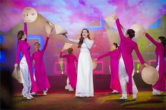 Khá nhiều người bất ngờ khi những cái tên như Hồ Ngọc Hà, Noo Phước Thịnh...biểu diễn những ca khúc truyền thống.