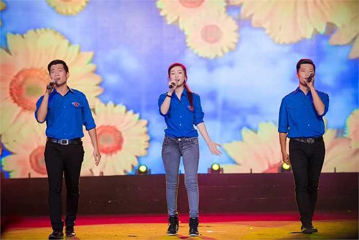 Đinh Hương trong chiếc áo xanh tình nguyện.