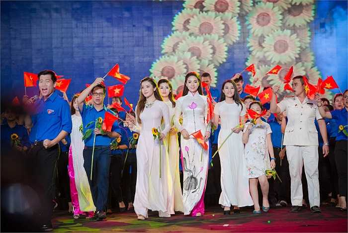 Hoa hậu Kỳ Duyên, Á hậu Tú Anh, Á hậu Huyền My...cũng xuất hiện trong chương trình.
