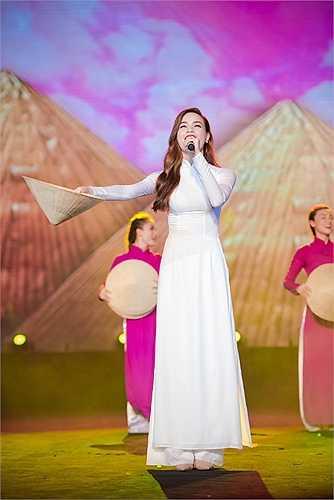 Hình ảnh đẹp của Hà Hồ trên sóng truyền hình.