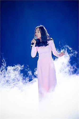 Đoan Trang cũng khoác lên mình tà áo dài trắng truyền thống.
