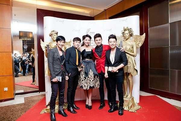 Từ trái qua: ca sĩ Nguyễn Đoàn, Tăng Du Hạo, Đặng Thu Thảo, Anh Tài và Đoàn Việt Phương