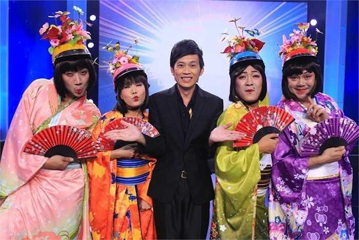 Chỉ tính trong vài tháng vừa qua, anh đã có mặt trong 4 show hài lớn, nhỏ. Hoài Linh trong 'Bí mật đêm Chủ Nhật' trên sóng HTV.